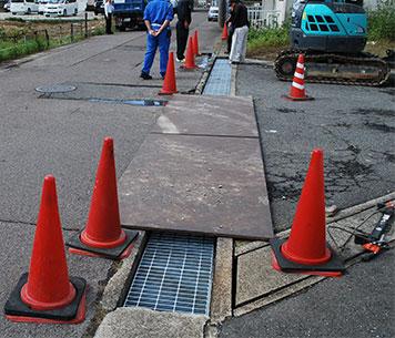 施工中の様子 鉄板を敷いて交通を遮断しない
