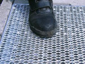 作業靴の汚れを取る