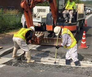 コンクリート切断ガラなどを掃除する