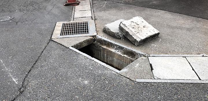 蓋と掛かりしろが破損した側溝