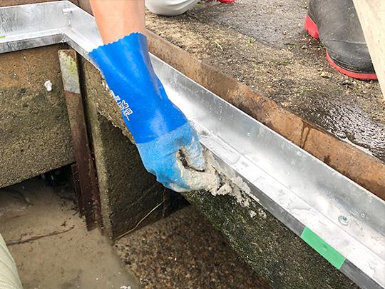 止水セメントで新しい受枠を用意
