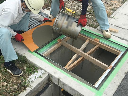 既設枠と新しい枠の隙間にグラウト材を注入