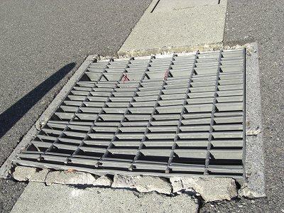 壊れて危険な側溝の鋼製蓋グレーチング