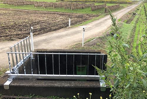 補助金で水路の安全柵取り付け