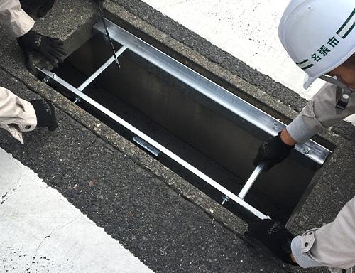 可変側溝のコンクリート蓋を外す