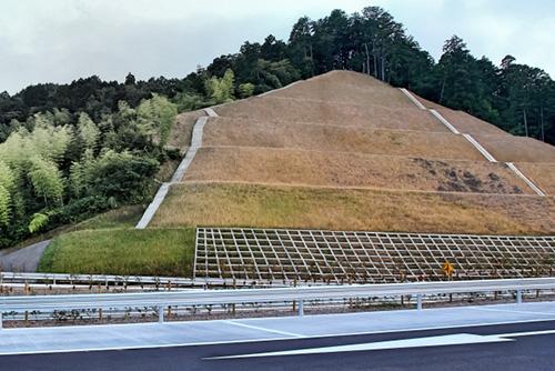 高速道路の法面(資料写真)
