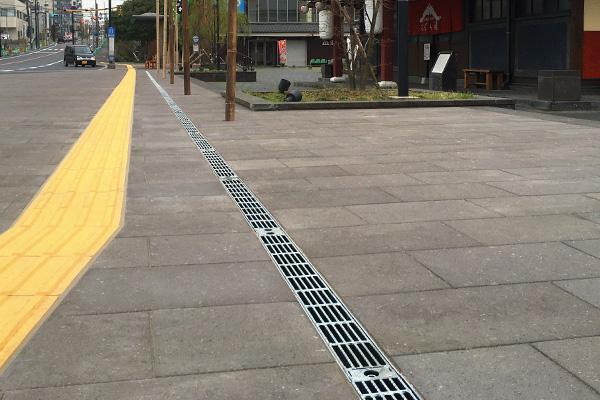 サービスエリアの水溜まり解消に最適な鋼製側溝